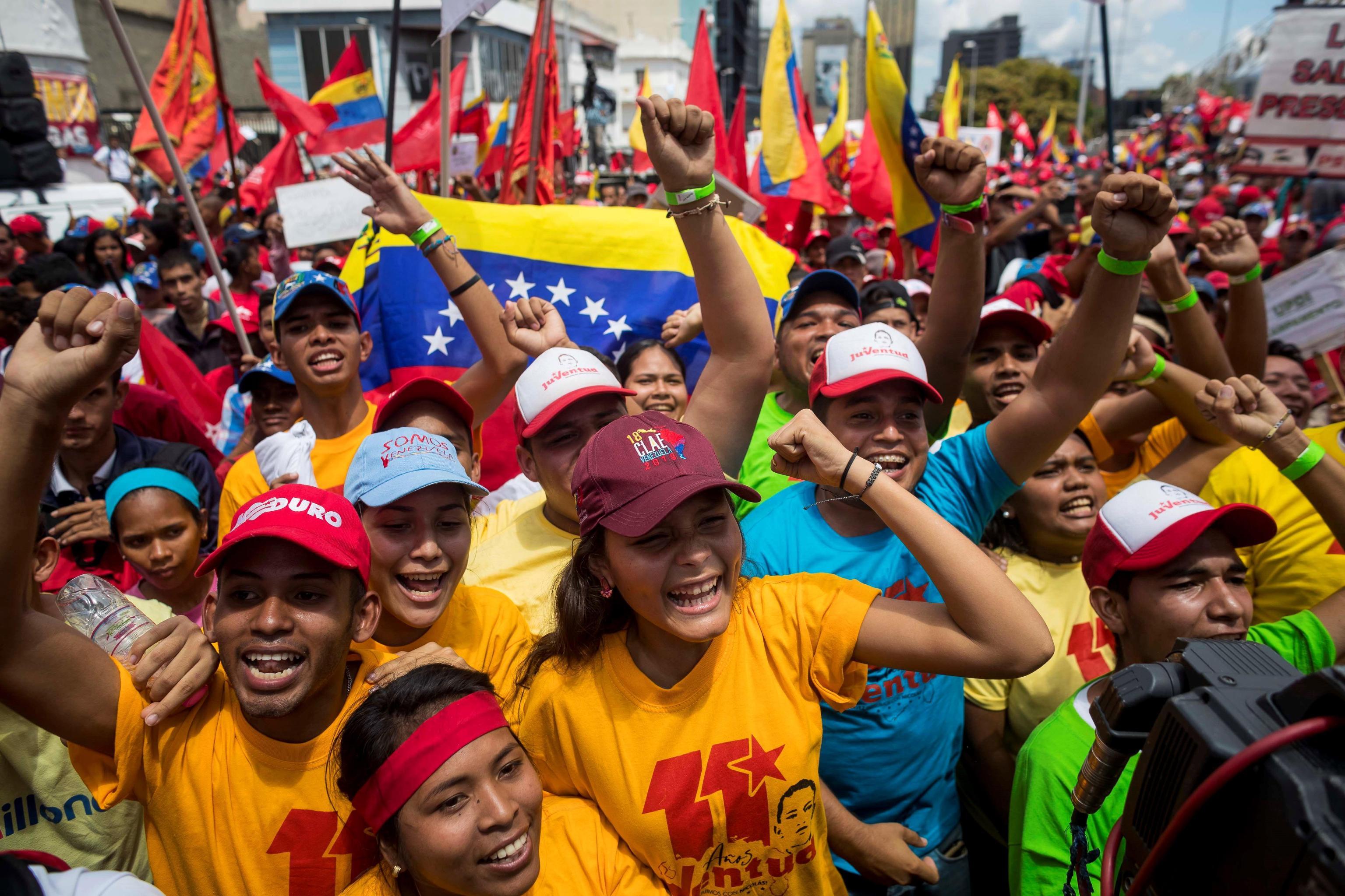 Tra i manifestanti sfilano molti giovani della Juventud chavista