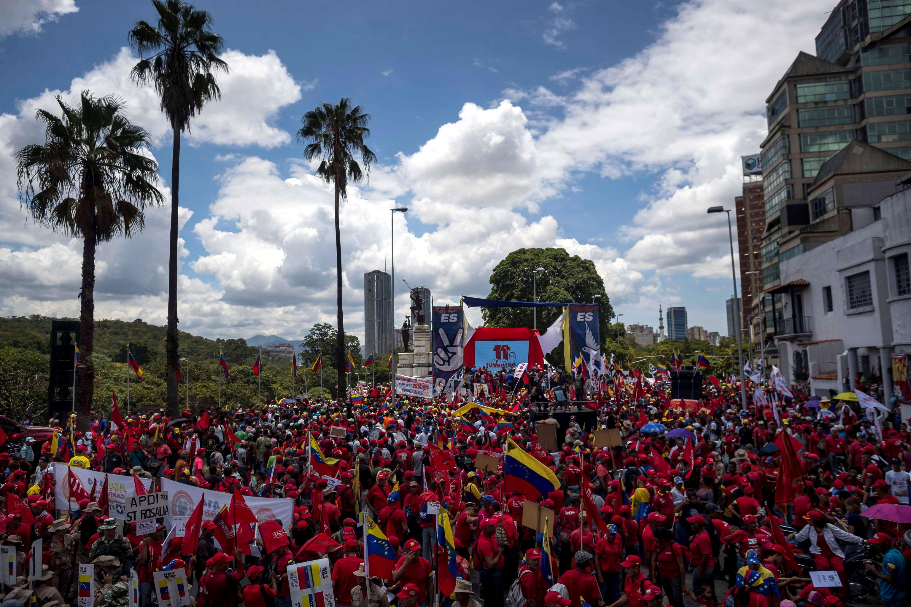 Migliaia di manifestanti, in Venezuela, sfilano per le strade di Caracas per sostenere il governo chavista di Nicolas Maduro