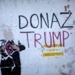 """Nel murales il presidente degli Stati Uniti mostra una svastica sotto la giacca. Per l'occasione è stato ribattezzato """"Donazi"""" Trump"""