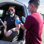 In California, negli Stati Uniti, i paramedici vaccinano in formula drive-in