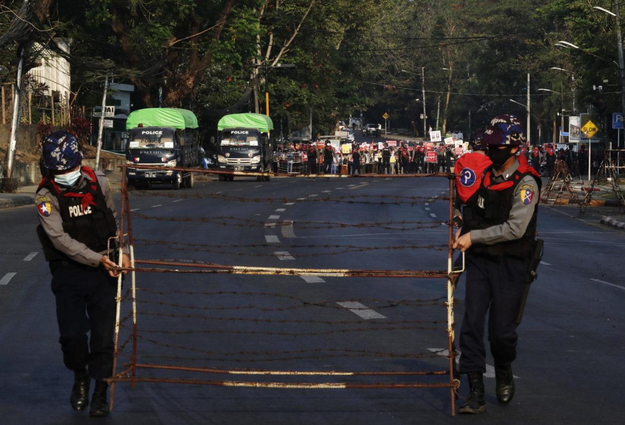 I militari mettono transenne fuori dall'ambasciata statunitense a Yangon, Myanmar, 22 febbraio 2021