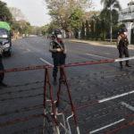 Barricate della polizia fuori dall'ambasciata statunitense durante le proteste contro il golpe militare, Myanmar, 22 febbraio 2021