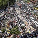 I manifestanti riversati per le strade di Yangon, Myanmar, 22 febbraio 2021