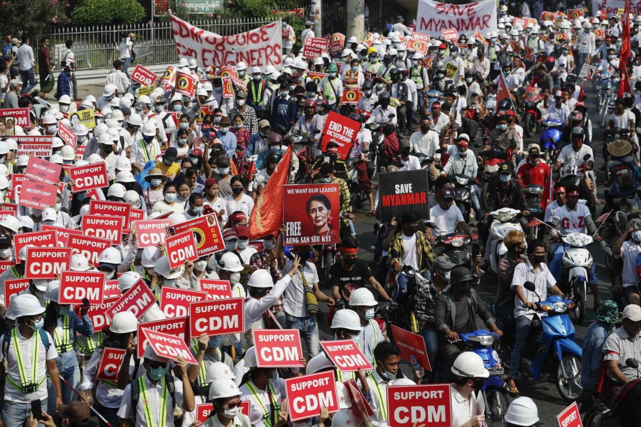 I manifestanti mostrano cartelli in cui chiedono il rilascio della leader Aung San Suu Kyi, Myanmar, 22 febbraio 2021