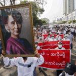 Un ritratto della leader Suu Kyi, deposta e arrestata nel golpe del primo febbraio scorso in Myanmar