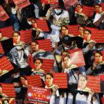 Manifestanti con le foto di Aung San Suu Kyi durante le proteste a Yangon