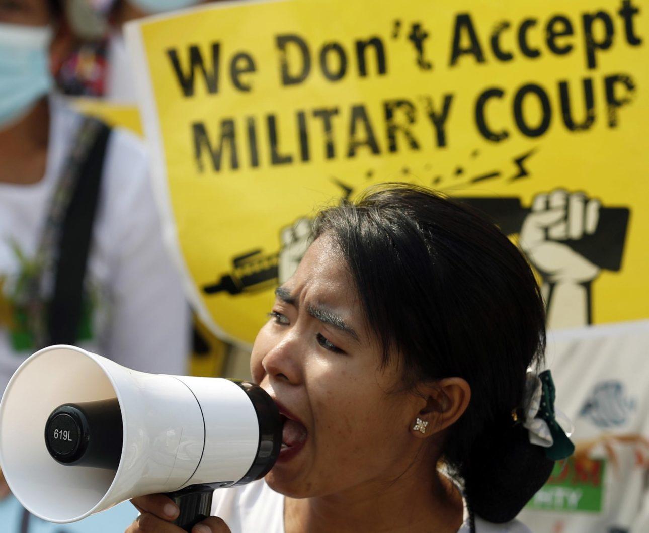 """Una donna protesta a Yangon: """"Noi non accettiamo il colpo di stato militare"""""""