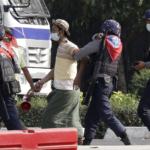 La polizia antisommossa arresta un manifestante durante una protesta contro il colpo di stato militare mentre le tensioni aumentano a Yangon, Myanmar, il 26 febbraio 2021.