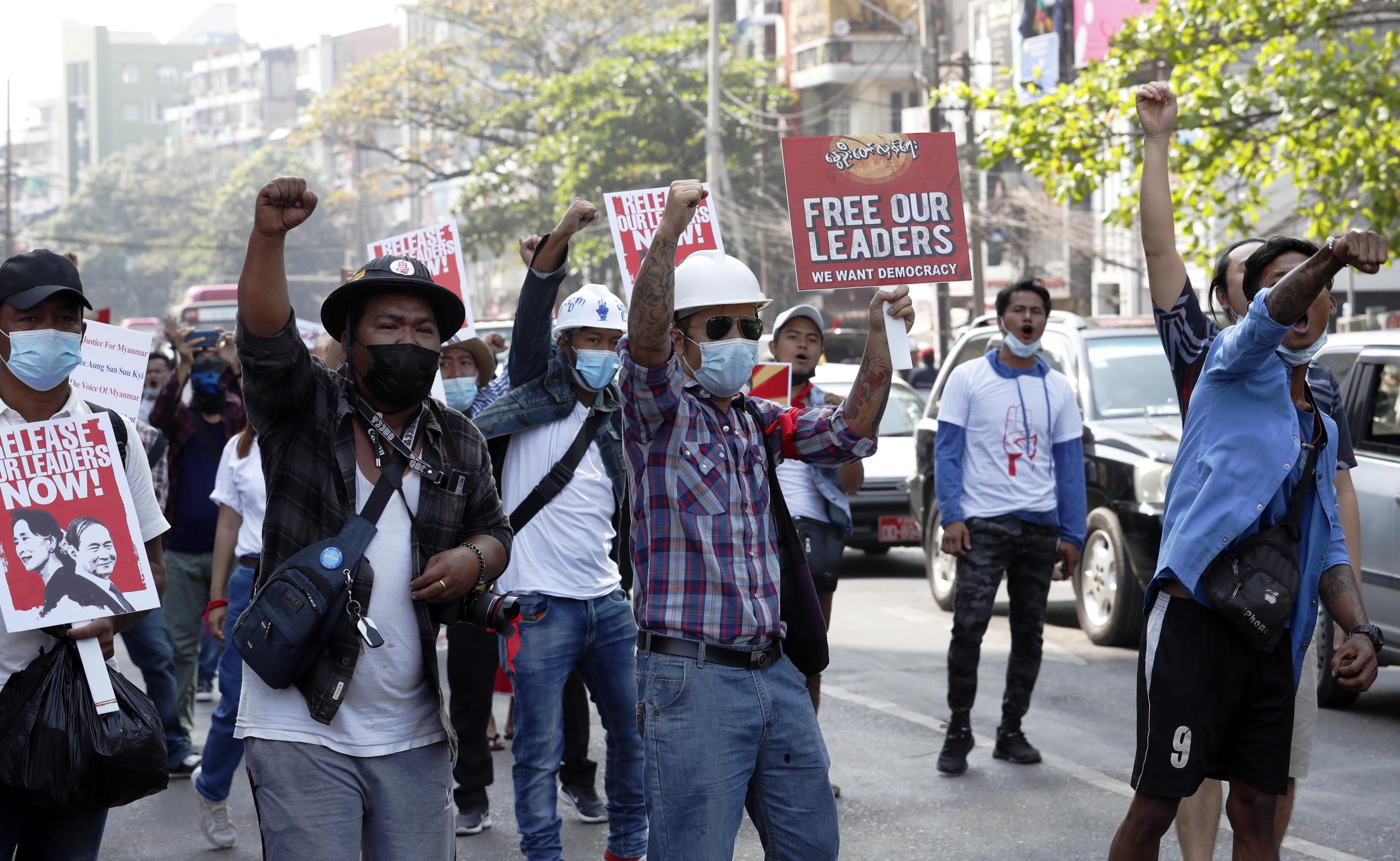 I manifestanti fanno un gesto durante una protesta contro il colpo di stato militare mentre le tensioni aumentano a Yangon, Myanmar, il 26 febbraio 2021.