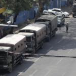 La polizia antisommossa e i veicoli militari bloccano una strada mentre le tensioni aumentano durante le proteste anti-colpo di stato, a Yangon, Myanmar, 26 febbraio 2021.