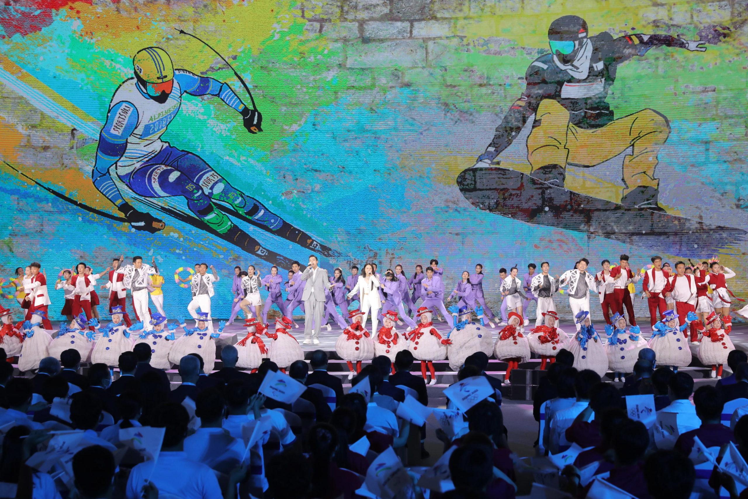 Coreografie con ballerini e cantanti alla presentazione