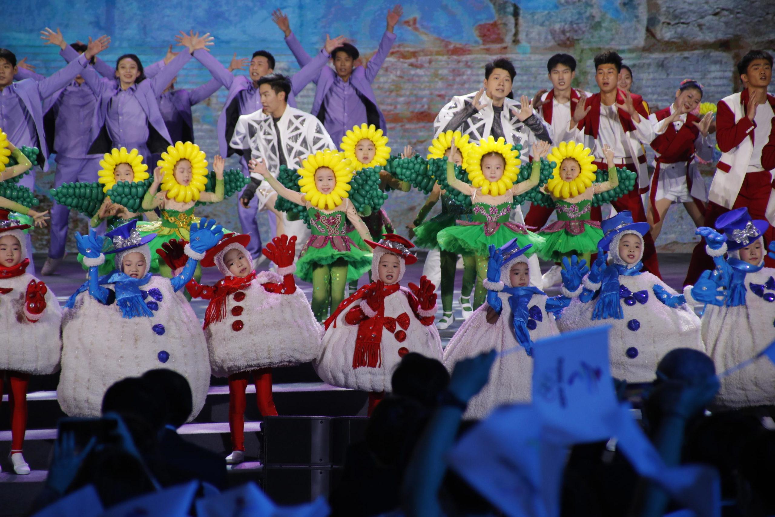 Nelle coreografie anche bambini e bambine mascherati