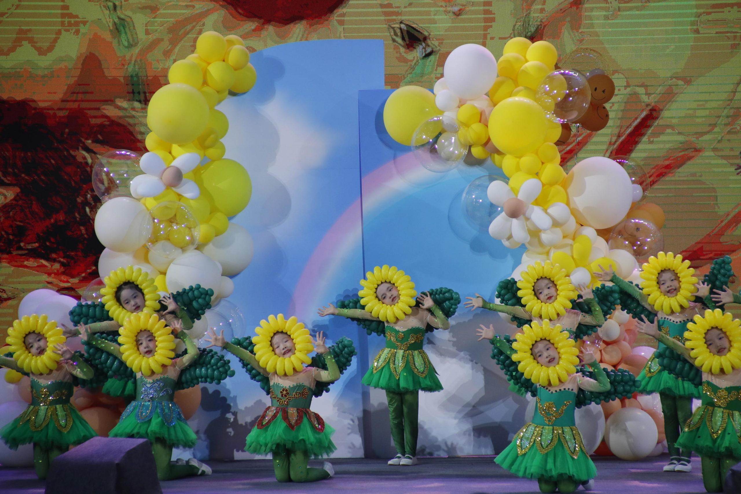 Bambini mascherati nel lancio delle Olimpiadi e Paralimpiadi invernali 2022 a Pechino